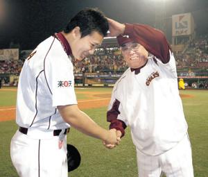 07年、3勝目を挙げ野村監督(右)に頭をなでられる楽天・田中