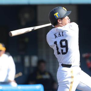 紅白戦の4回2死一塁では、中前への二塁打を放った甲斐拓也(カメラ・岩下 翔太)