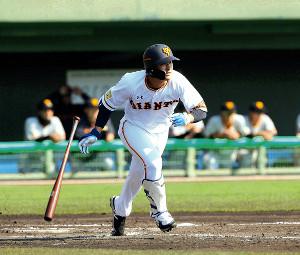 5回無死、右翼線に二塁打を放つ吉川尚(カメラ・橋口 真)