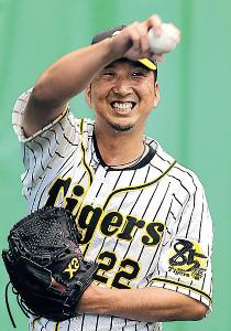 投球練習中に笑顔を見せる藤川(カメラ・岩崎 龍一)