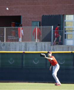 外野でボール拾いをしてフライを捕球する大谷