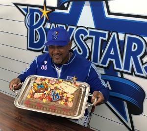 DeNAラミレス監督は報道陣から贈られたバレンタインのケーキに笑顔