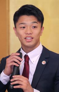 笑顔で会見する中谷潤人