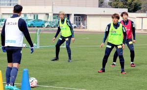 練習を行う甲府の選手たち
