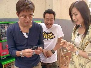 ガチャガチャに挑戦する、(左から)大竹一樹、三村マサカズ、大江麻理子キャスター(C)テレビ東京