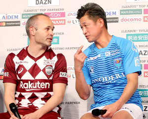 壇上での取材対応で、言葉を交わす(左から)神戸・イニエスタ、横浜C・三浦知良