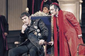 舞台「ヘンリー八世」を演出し、ウルジー枢機卿として出演する吉田鋼太郎(右)と主役の阿部寛