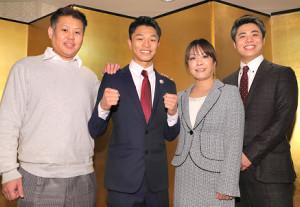 家族と笑顔でポーズをとる中谷(左から2人目、左から父・澄人さん、1人おいて母・府見子さん、弟・龍人さん=カメラ・清水 武)