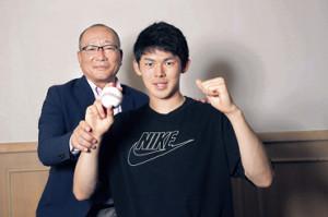 本紙評論家の高木豊氏(左)と対談した佐々木朗希(カメラ・馬場 秀則)