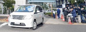 送検される槇原容疑者を乗せたワンボックスカー(カメラ・小泉 洋樹)