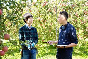 映画「実りゆく」主演の竹内一希(左)とマネジャーの八木順一朗監督
