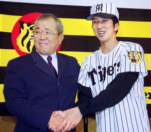 98年12月、新入団発表で野村監督(左)と握手するドラフト1位の藤川