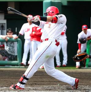 2回無死、鈴木誠が中越えに本塁打を放つ