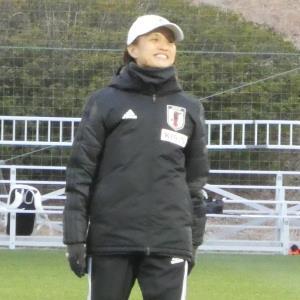 代表候補合宿で笑顔を見せる高倉麻子監督