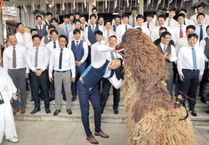 沖宮を参拝した巨人ナイン。坂本(手前中央)は獅子に頭をかまれ厄払いをした(カメラ・中島 傑)