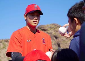 ファンにサインをする大谷(カメラ・安藤 宏太)