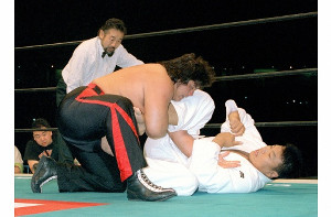 橋本真也対小川直也戦を裁くタイガー服部レフェリー(1997年4月12日、東京ドーム)