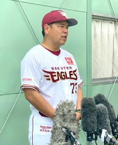 チームに再合流し、報道陣の取材に応じる野村克則作戦コーチ