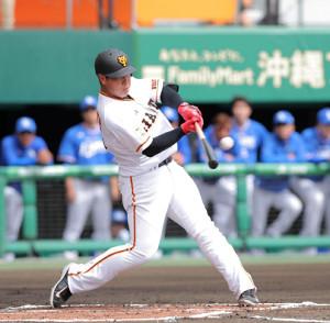 1回2死二塁、先制の左前適時打を放つ岡本和真