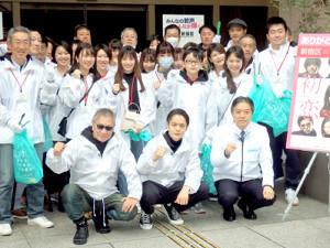 映画「初恋」歌舞伎町クリーンイベントに出席した(前列左から)三池崇史監督、窪田正孝、吉住健一新宿区長
