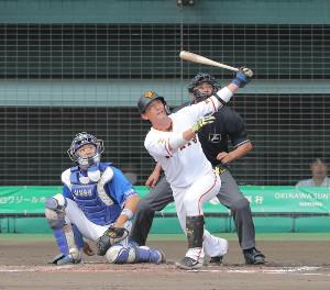 4回無死、左越えソロ本塁打を放つ小林誠司