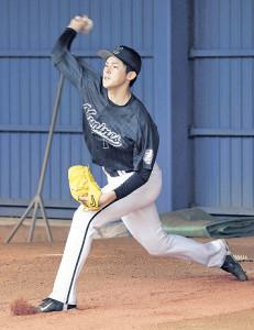 ブルペンで捕手を立たせて投球練習する佐々木朗(カメラ・豊田 秀一)