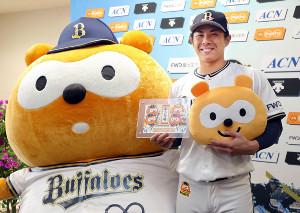 バファローズ☆ポンタ(左)から結婚祝いをもらう若月健矢