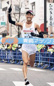 男子30キロ、1位でゴールした田口雅也