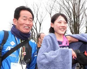 女子30キロの部で優勝した前田穂南(右)は天満屋の武冨監督に迎えられ笑顔