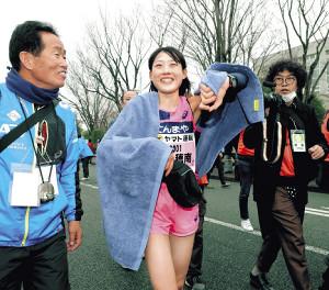 女子30キロの部を1時間38分35秒の日本新記録で初優勝し、笑顔を見せる前田穂南(カメラ・竜田 卓)