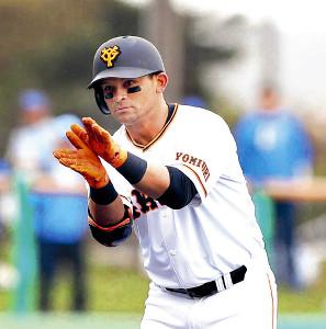 2回、来日初安打となる二塁打を放ち、塁上でサメポーズを披露したパーラ(カメラ・中島 傑)