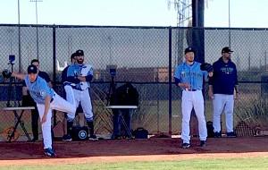 ブルペンで投球練習をする雄星(左)と平野