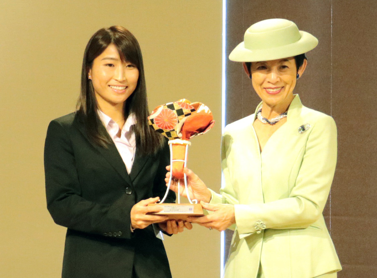 年間最優秀選手に選ばれた清水(左)