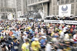 昨年の東京マラソンで都庁前を一斉にスタートするランナー