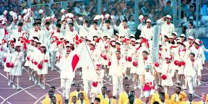 92年バルセロナ五輪開会式で中田久美を旗手に入場する日本選手団