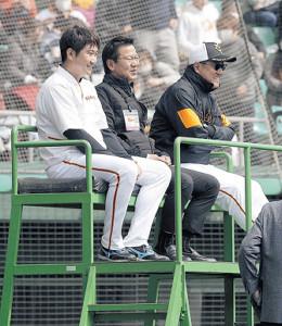 原タワーでサンチェスの投球を見つめる(右から)原監督、大野豊氏、菅野