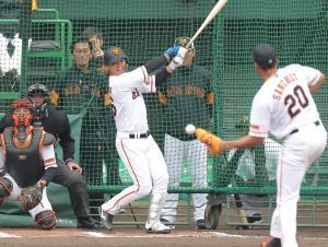 フリー打撃でサンチェス〈右)に打ち取られる石川慎吾