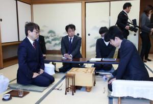 対局に臨む羽生善治九段(左)と藤井聡太七段