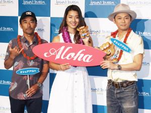 ハワイ州観光局「サーフィン」記者発表会に出席した(左から)脇田貴之、すみれ、今井翼