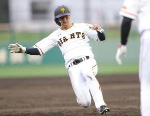 5回1死一塁、山本泰寛の右前打で三塁に滑り込む一塁走者の吉川尚輝