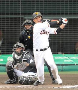 9回1死一塁、左前安打を放つ石川慎吾