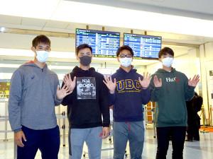 マスク姿で米国キャンプに向けて出発した慶大のドラフト候補カルテット(左から長谷部、佐藤、関根、木沢)