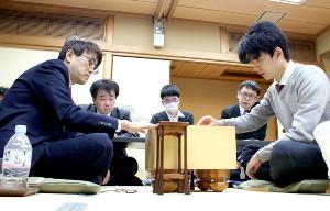 羽生善治九段(左)に勝った藤井聡太七段