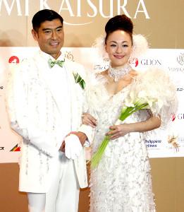 モデルを務めた高嶋政宏とシルビア・グラブ夫妻