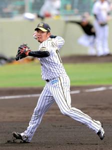 紅白戦の1回2死一塁、陽川を投ゴロに仕留めた西勇は、軽快なフィールディングで一塁に送球する(カメラ・石田 順平)