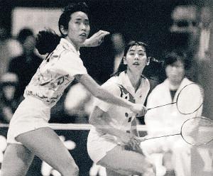 五輪前年の91年、台北マスターズの女子ダブルスで優勝した陣内貴美子氏(奥)と森久子氏のペア