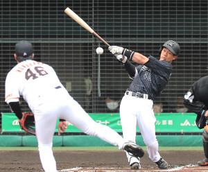 1回2死満塁、中前適時打を放つ福田光
