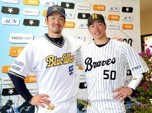 復刻ユニホームを披露したT-岡田(左)と安達