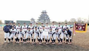 優勝し伏見桃山城をバックに記念撮影する京都宇治ナイン
