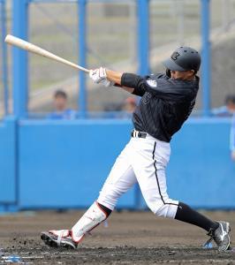 2回1死、中越えに同点のソロ本塁打を放つ安田